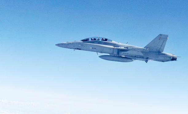 Ilmavoimien Hornet-hävittäjä kävi tunnistamassa venäläiskoneen. Arkistokuva.