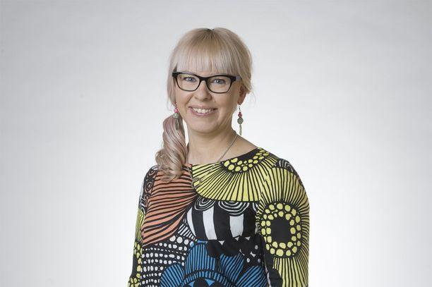 Sosiaali- ja terveysministeri Aino-Kaisa Pekonen (vas) haluaa käyttää työttömien aktivoinnissa vain pehmeitä, kannustavia keinoja.