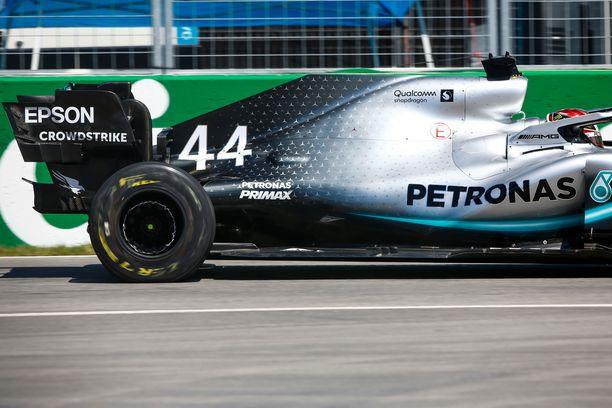 Lewis Hamilton rikkoi renkaansa osuessaan pahamaineiseen valliin.