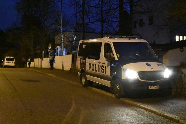 Poliisipartiot vartioivat Iranin suurlähetystön portteja Helsingin Kulosaaressa.