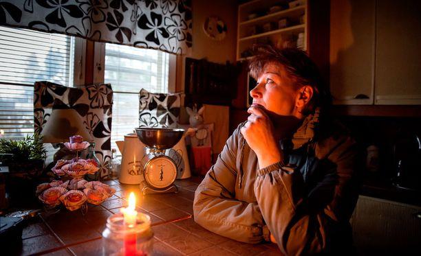 Armin elämä näytti tältä vuosi sitten sähköttömässä kodissa: takki päällä kylmyyden vuoksi ja valo kynttilästä. Moni halusi auttaa ahdinkoon joutunutta lähimmäistä, ja vaikka kaikki ongelmat eivät väistyneet heti, Armi sai takaisin ihmisarvoisen elämän.