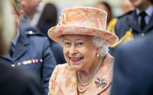 Näkökulma: Kuningatar Elisabet kantaa kruunuaan pystypäin