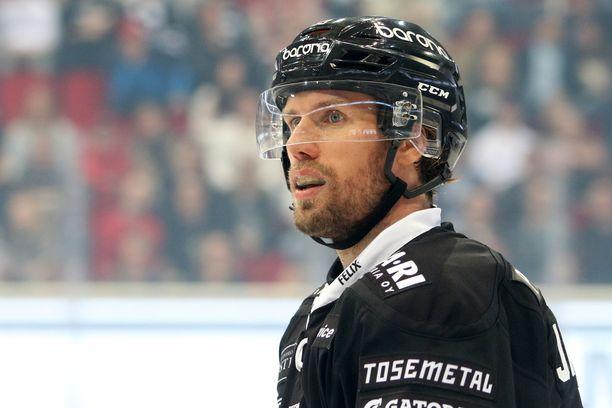 Topi Jaakola ei pysty pelaamaan jääkiekkoa tällä hetkellä.