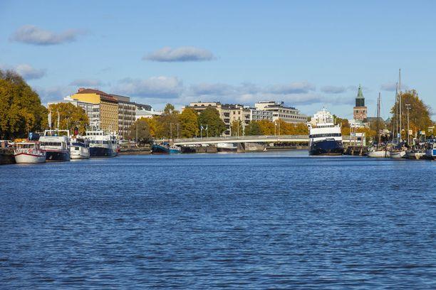Turun kaupunki teki SPR:n kanssa sopimuksen, jonka mukaan kielteisen turvapaikkapäätösen saaneille ja maahan jääneille järjestetään hätämajoitusta. Toiminta käynnistyi kesäkuun alussa, ja se kestää vuoden loppuun. Hinta on 128 500 euroa.