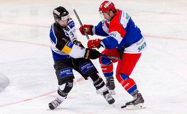 Luganon Tim Stapleton (vas.) ja Jokerien Daine Todd tanssahtelivat Davosissa.