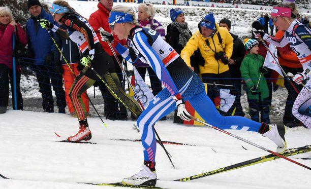 Anne Kyllönen avasi Suomen viestin Nove Meston maailmancupissa. Kuva Tour de Skiltä.