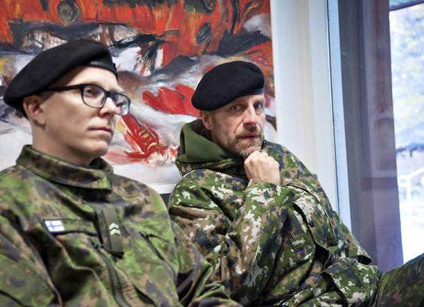Jone Nikula ja Apulannan laulaja Toni Wirtanen toimivat viime heinäkuussa jo neljättä kertaa sotaradion aamutoimittajina ja reporttereina. Viime kesänä he raportoivat Parolassa suuresta Wanaja14-harjoituksesta Radio Wanajan aalloille.