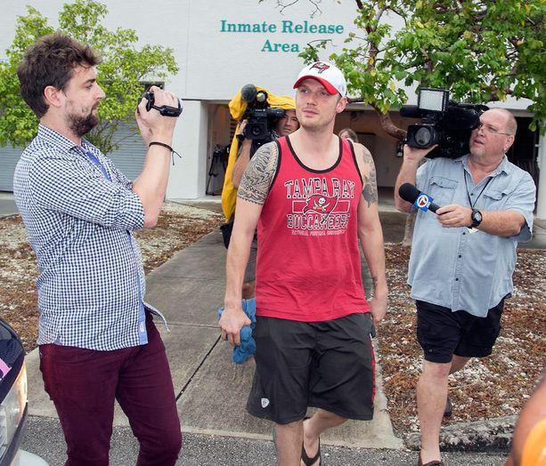 Media piiritti Nick Carterin, kun hän vapautui putkasta.