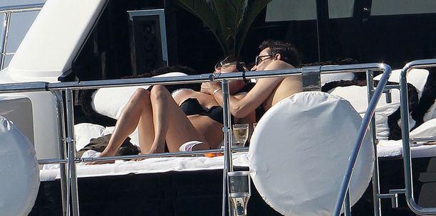 Vastanainut pari näytti umpirakastuneelta pussaillessaan jahdin kannella paparazzeista välittämättä.