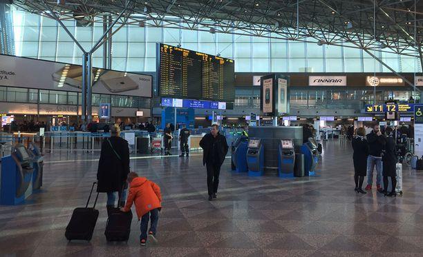 Rajavartiolaitos epäilee, että kahta alaikäistä tyttöä yritettiin salakuljettaa Suomeen. Epäily paljastui viime sunnuntaina Helsinki-Vantaan lentoasemalla.