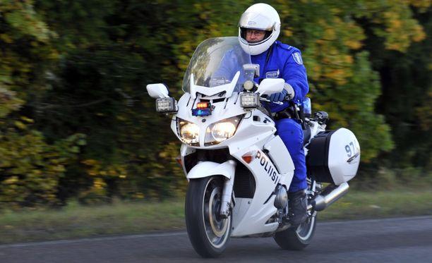 Itä-Suomen poliisi oli varautunut alueensa suurimpaan harrasteautotapahtumaan. Tutkapartiot napsivat lauantai-iltana tien sivuun runsaat neljäkymmentä ylinopeutta ajanutta. Kuvituskuva moottoripyöräpoliisista.