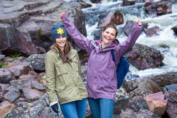 Kruununprinsessa Victoria innostui tuulettamaan päästyään vesiputoukselle. Vieressä nauraa prinsessa Sofia.