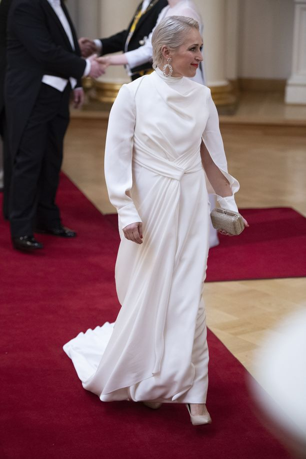 Anna Perholla oli päällään valkoinen Katri Niskasen luomus, jonka erikoisuudet ovat takapuolella: seksikäs avoin selkä ja juhlava laahus tekivät mekosta äärimmäisen tyylikkään. Pitkän, erikoiset hihat toivat mekkoon mystistä seksikkyyttä.