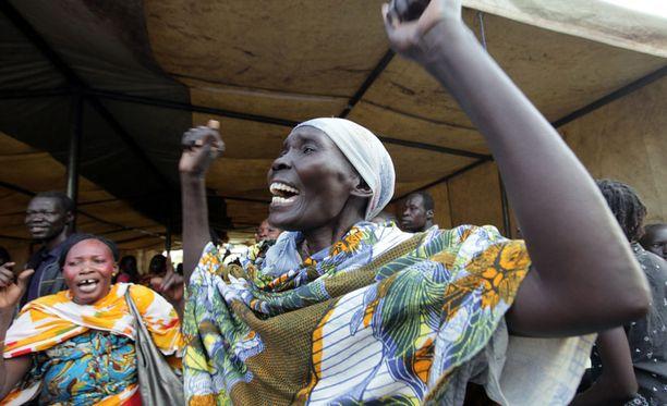 Etelä-Sudaniin palaavat asukkaat tanssivat kotiinpaluun kunniaksi.