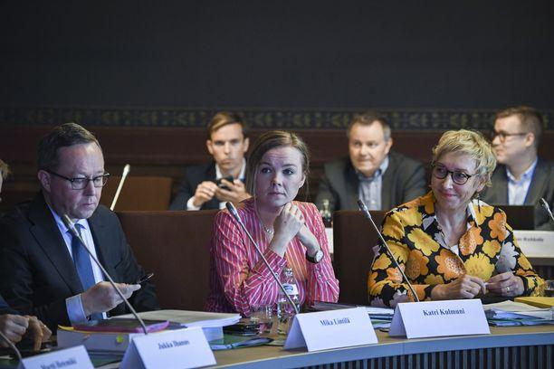 Keskustan Mika Lintilä, Katri Kulmuni ja Mari Kaisa Aula talousarvioneuvotteluissa Säätytalossa syyskuussa 2019.