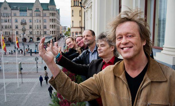 Eppu Normaali Tampereella Raatihuoneen parvekkeella vuonna 2013, kun yhtye oli saanut Tampereen palkinnon.