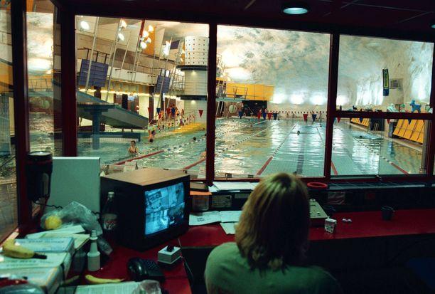 Itäkeskuksen uimahallin valvoja havaitsi valvontakamerasta outoa toimintaa lastenaltaassa (kuvan henkilöt eivät liity tapaukseen).