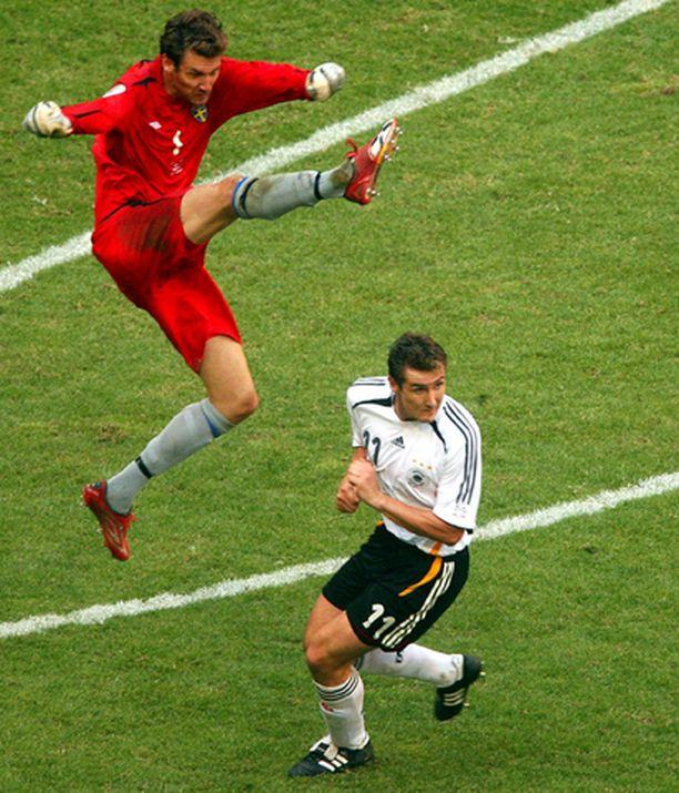 Andreas Isaksson taisteli MM-kisoissa pallosta muun muassa Saksan Miroslav Klosen kanssa.