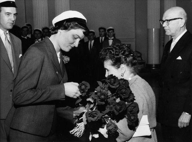 Ylioppilaiden kukkatervehdys presidentti Urho Kekkosen puolisolle Sylvi Kekkoselle vappuna 1959.