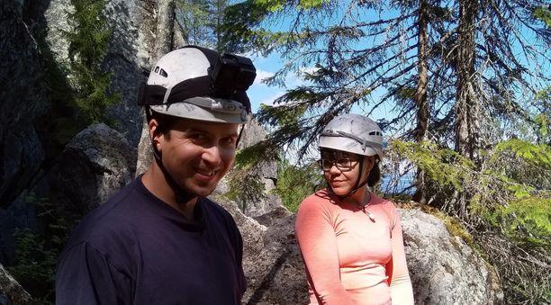 Tuomas ja Emma seikkailevat häämatkallaan luolassa. Ihan putkeen sekään ei mene.