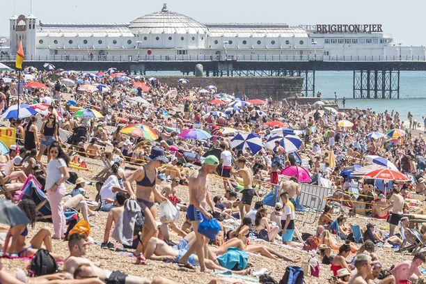 Turvaväleistä ei ollut torstaina tietoakaan, kun britit kokoontuivat Brightonin uimarannalle nauttimaan auringosta.