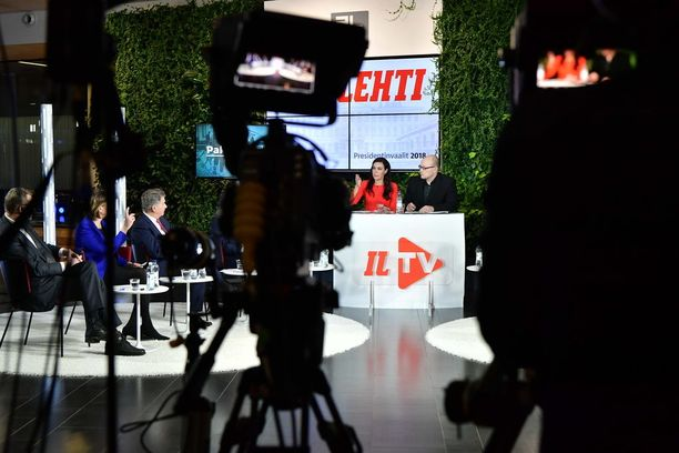 Presidenttiehdokkaat kokoontuivat maanantaina tenttiin Alma-talolle Helsinkiin.