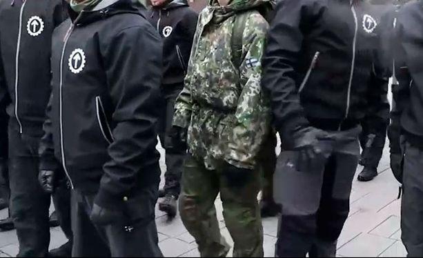 Tampereella mielenosoittajan asu muistutti armeijan maastopukua. Sotilaspuvun käyttö mielenosoituksissa on kielletty.