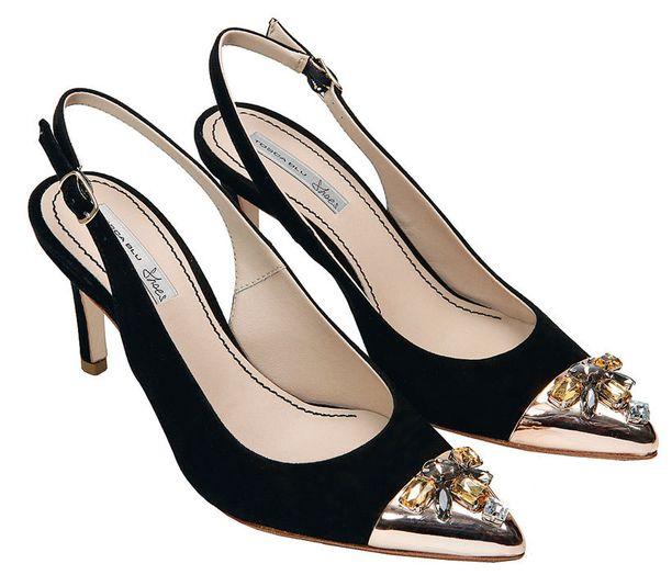 Kärkien metallikoristelu antaa ilmettä mustille kengille. Tosca Blue, 175 €