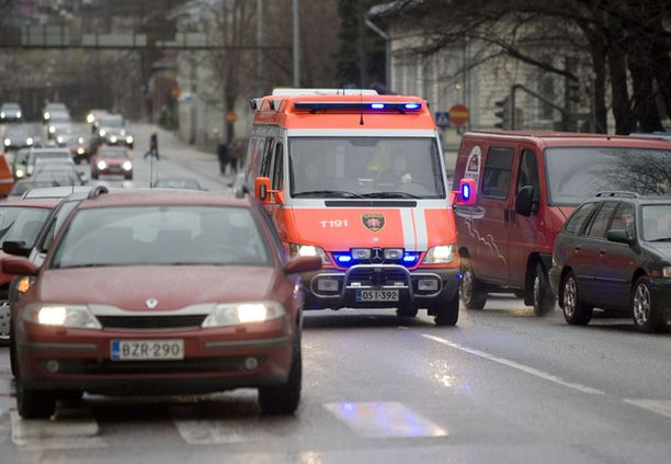 Ambulanssi pääsee vain vaivoin läpi Koulukadun ruuhkassa.