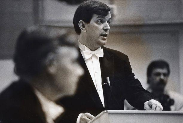 Väyrynen väitteli tothotiksi Turussa lokakuussa 1988.
