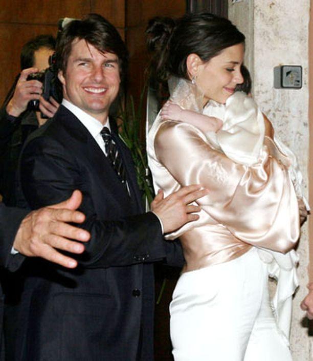 Poistuessaan pariskunta hymyili auliisti valokuvaajille. Illallisella oli mukana myös Suri-vauva.