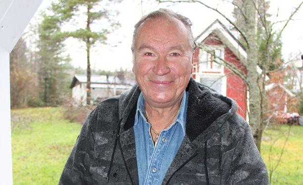 Ilkka Vainio poseeraa Joona Jalkasen pihamaalla.