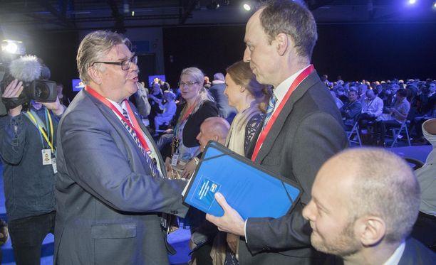 Timo Soini onnitteli seuraajaansa Jussi Halla-ahoa perussuomalaisten puoluekokouksessa Jyväskylässä 10. kesäkuuta.