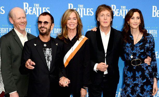 Dokumentin ohjannut Ron Howard liittyi Ringo Starrin ja tämän vaimon Barbara Bachin sekä Paul McCartneyn ja tämän vaimon Nancy Shevellin seuraan.