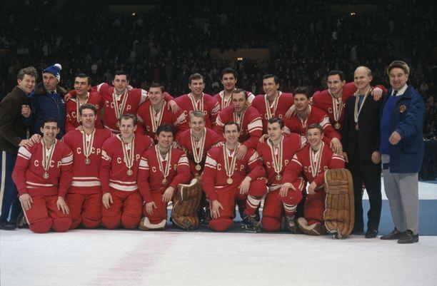 Viktor Blinovin syntymästä tulee kuluneeksi tänä kesänä 75 vuotta. Hän oli olympiakultaa vuonna 1968 voittaneen Neuvostoliiton maajoukkueen nuori tähtipuolustaja.