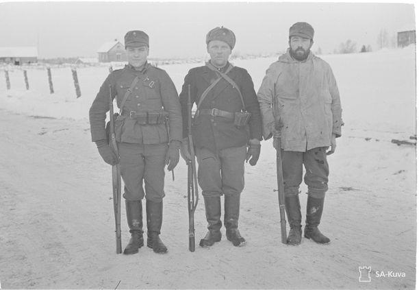 Suomalaisia sotilaita joulukuun alussa jokseenkin kirjavissa varusteissa.