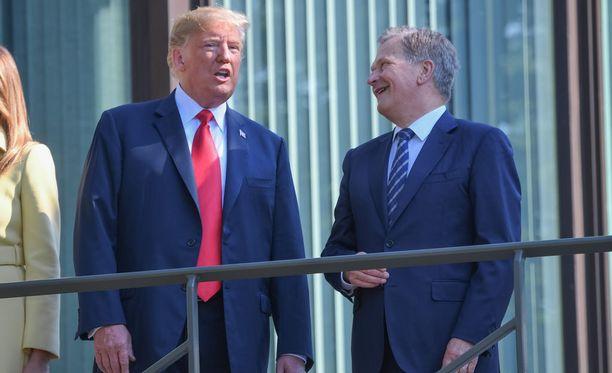 Trump murjaisi ja Niinistö nauroi Mäntyniemen pihamailla.