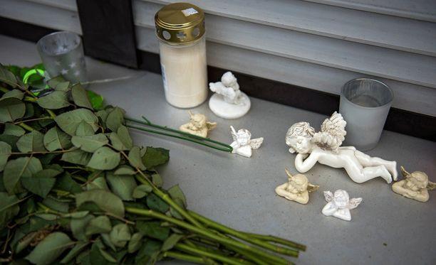 Murhatalon edustalle Wallenfelsissä tuotiin marraskuussa kynttilöitä ja pikkuenkeleitä.