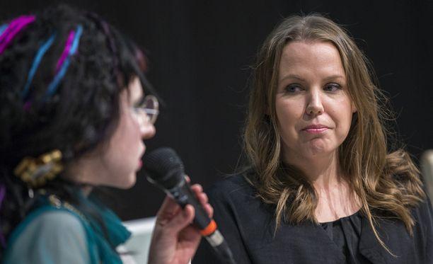 Saara Jantunen Helsingin kirjamessuilla lokakuussa 2015. Haastattelijana Sofi Oksanen.