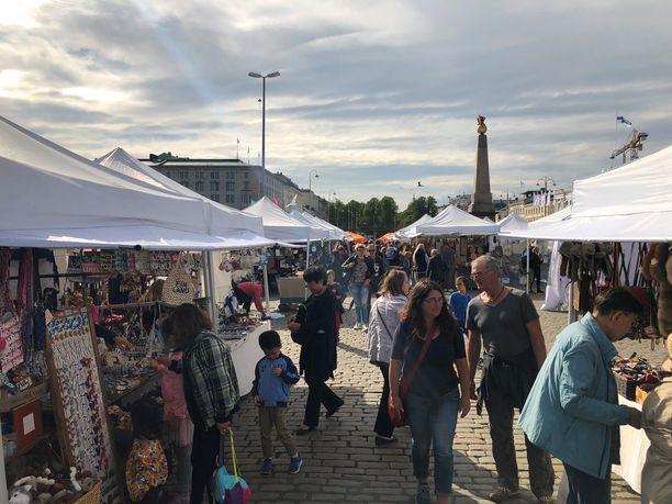 Torikojut kiinnostivat turisteja Helsingin Kauppatorilla maanantaina.