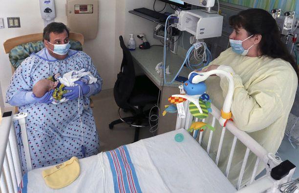 New Jerseyn kuvernööri Chris Christie piteli sylissään 49 päivän ikäistä, huumeiden vieroitusoireista kärsivää poikavauvaa vastasyntyneiden teho-osastolla Jersey Shoren yliopistollisessa sairaalassa joulukuussa.