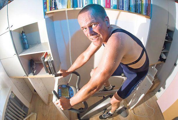 Henrik otti kuntopyörän jälleen varsinaiseen käyttötarkoitukseensa ja polki itsensä entisiin mittoihin.