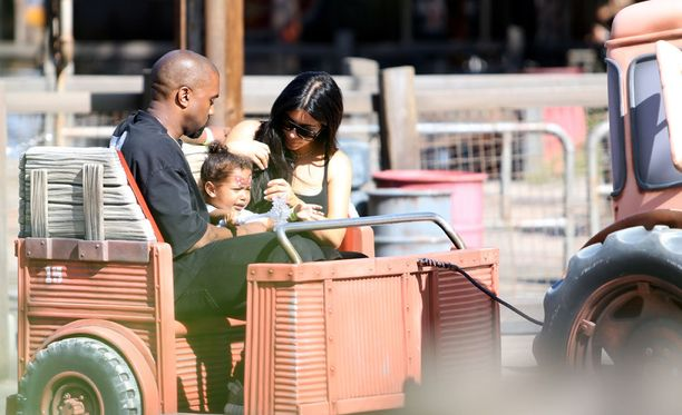 Tytär pääsi isänsä ja äitinsä kanssa traktorin vedettäväksi.