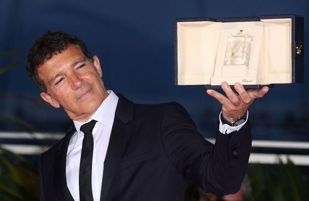 Antonio Banderas palkittiin Cannesissa roolistaan elokuvassa Pain & Glory.