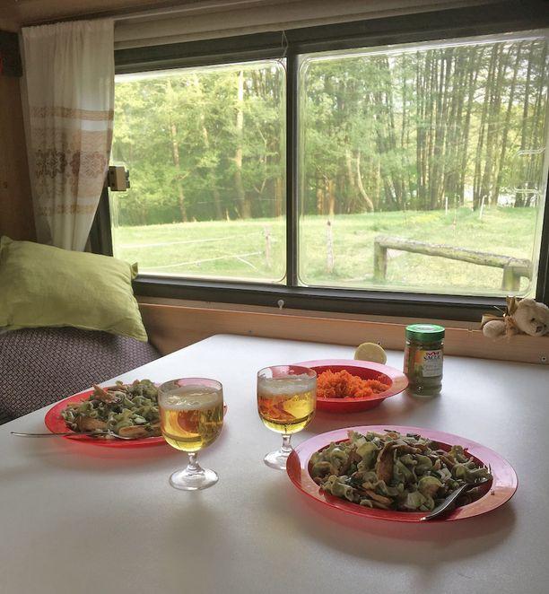 Illallispöydästä kelpaa katsella maisemia.