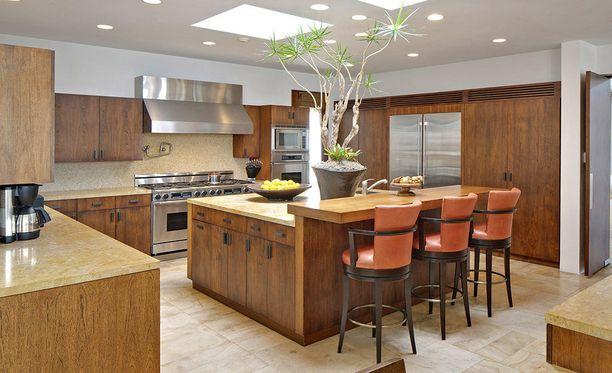 Keittiössä vallitsevat puupinnat.