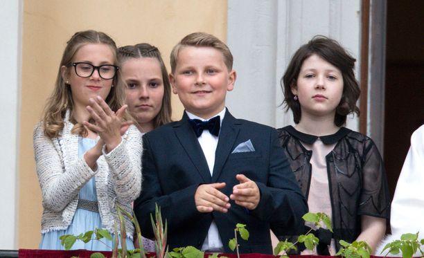 Sverre Magnus on kolmantena kruununperimysjärjestyksessä Norjassa. Vierellä kuvassa vasemmalla serkku Leah Behn, joka yritti hillitä prinssin liikehdintää.