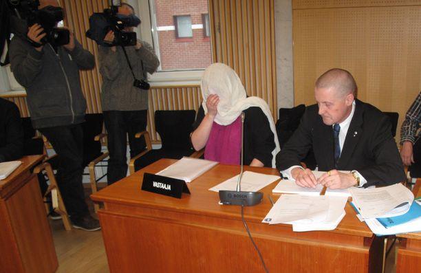 Syytetty äiti Pohjois-Savon käräjäoikeuden istunnossa perjantaina.
