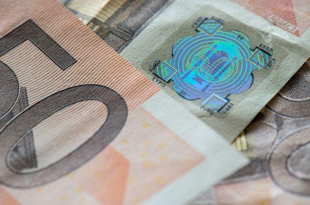 Poliisi kehottaa tarkkailemaan setelien turvatekijöitä kuten hologrammia. Kuvituskuva.