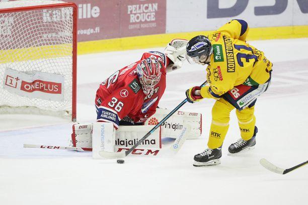 Eetu Koivistoinen ei saanut tästä kiekkoa Markus Ruusun taakse, mutta ampui myöhemmin Lukon voittomaalin.